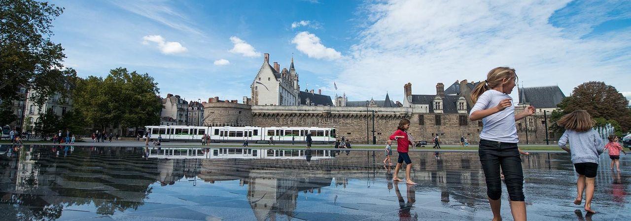 Le miroir d'eau avec le château des ducs de Bretagne
